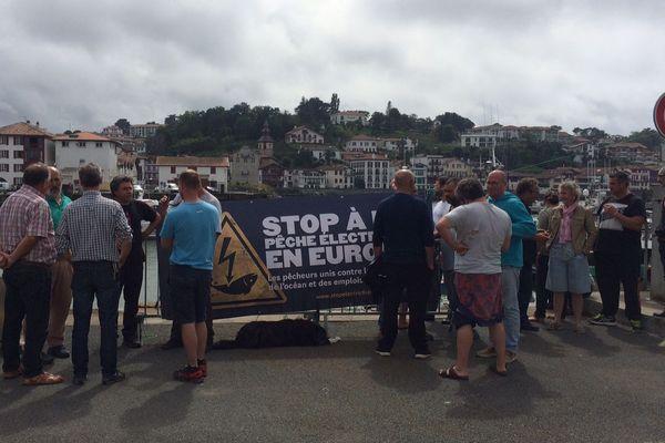 Un groupe de pêcheurs mobilisés sur le port de Saint-Jean-de-Luz ce lundi 18 juin.