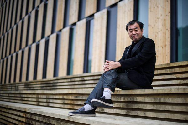 """L'architecte japonais Kengo Kuma poses près d'un de ses bâtiments à Besançon """"La Cité des Arts"""""""