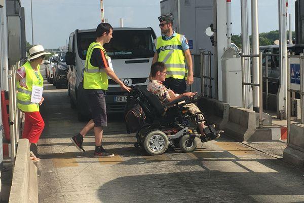 """opération péage gratuit aux portes de Toulouse pour dénoncer le """"double langage du gouvernement"""" en matière de handicap"""