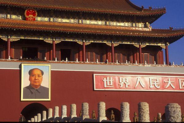 La Cité interdire à Pékin, arborant les armoires de la République populaire de Chine (RPC) et un portrait géant de l'ancien dictateur Mao Zedong, fondateur du régime.