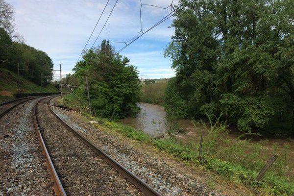 La voie ferrée passe à proximité du Gier.