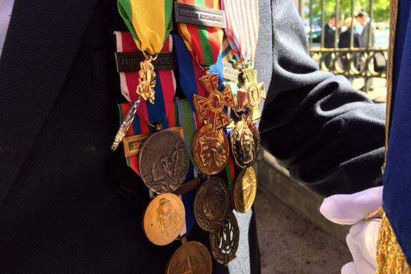 Un porte-drapeau affiche fièrement ses médailles.