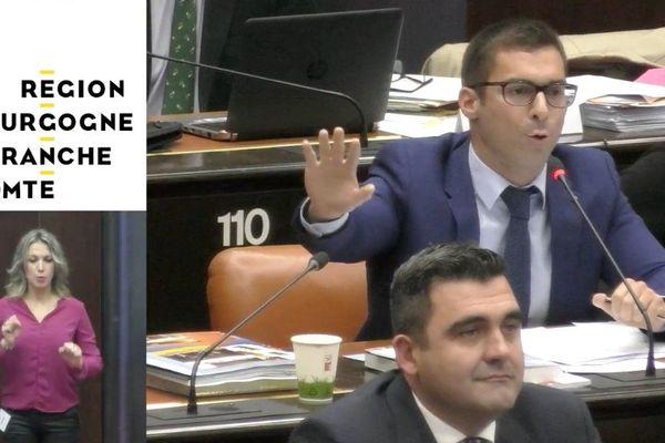 Julien Odoul, président du groupe Rassemblement National, a fustigé la présence d'une femme portant le voile, dans le public.