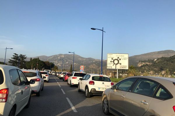 Gros bouchons ce vendredi soir avant le couvre-feu à la sortie de Nice. Direction la montagne, ici à Carros.