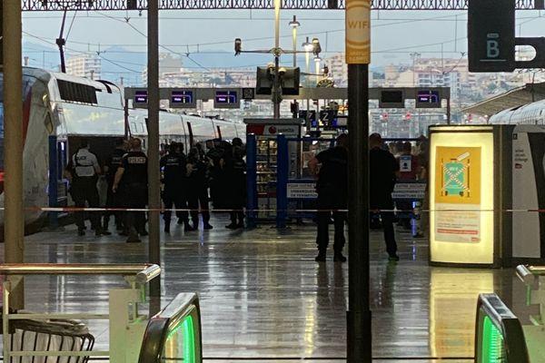 """15.06.2021. La gare Saint-Charles, à Marseille bloquée mardi soir lors d'une importante opération de police destinée à interpeller """"un individu potentiellement menaçant""""."""