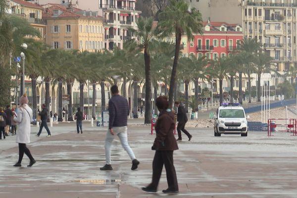 Sur la Promenade des Anglais, à Nice (Alpes-Maritimes), la police municipale fait évacuer les passants et les curieux.