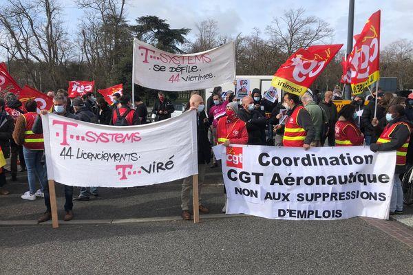 Une centaine de personnes sont venus protester contre les suppression d'emplois et de moyens pour d'autres secteurs de recherche.