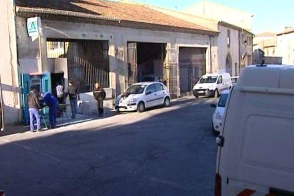 Beauvoisin (Gard) - la gendarmerie scientifique devant le DAB braqué cette nuit - 15 octobre 2012.