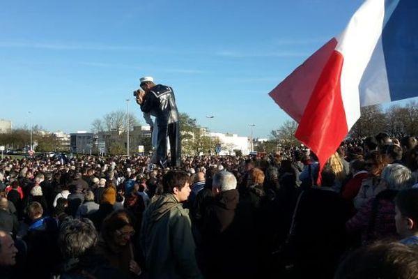 Deux mille personnes rassemblées le 15 novembre 2015 au pied de la statue du baiser devant le Mémorial de Caen
