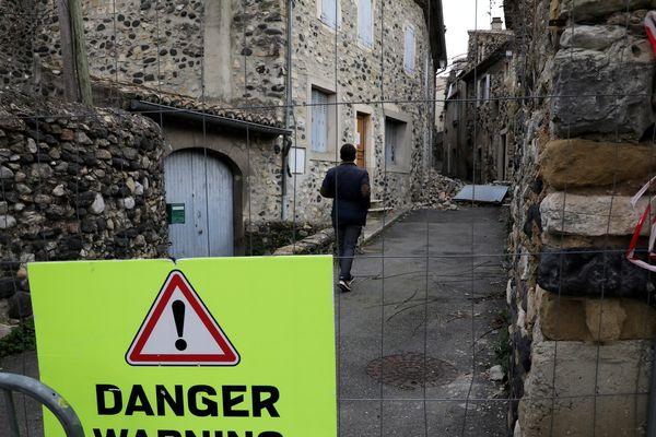 Le 19 décembre 2019, un mois après tremblement de terre au Teil des quartiers du village sont toujours dangereux pour les habitants
