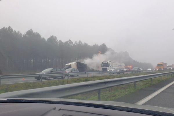 Les opérations de nettoyage se poursuivaient en début de matinée ce jeudi 11 février sur l'A63 à Mios après l'incendie d'un camion frigorifique