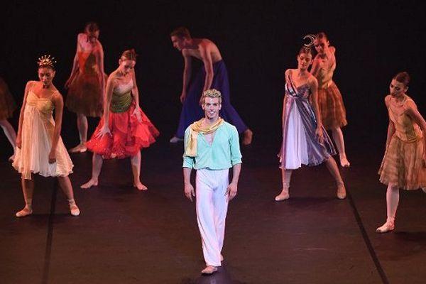 Le danseur soliste italien Nicola Lazzaro incarne le Petit Prince.
