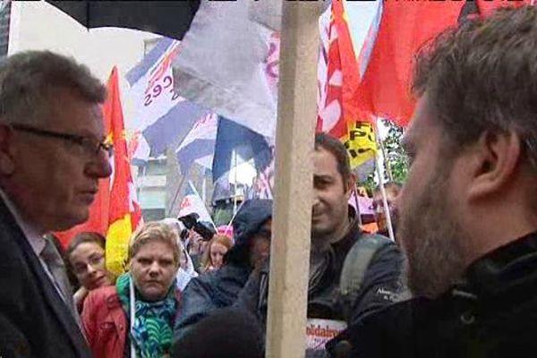 Discussion tendue entre le Secrétaire d'Etat au budget Christian Eckert et les mainfestants