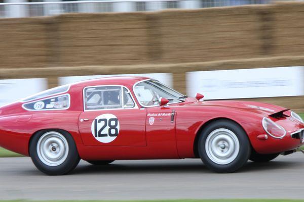 Une Alfa Roméo Giulia TZ, une voiture de collection habituée des courses automobiles.