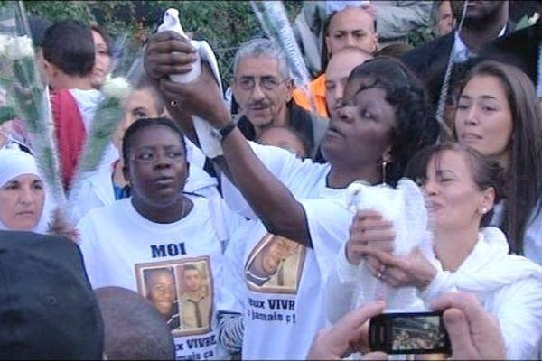 Les proches de Kévin et Sofiane ont lâché des colombes en signe d'appel à la paix et pour la mémoire de Kévin et Sofiane.