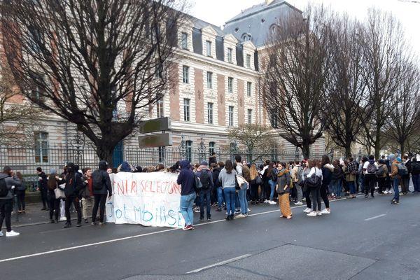 Le cortège de lycéens tente de rallier les élèves de Emile Zola, dans le centre de Rennes, ce jeudi 6 décembre 2018