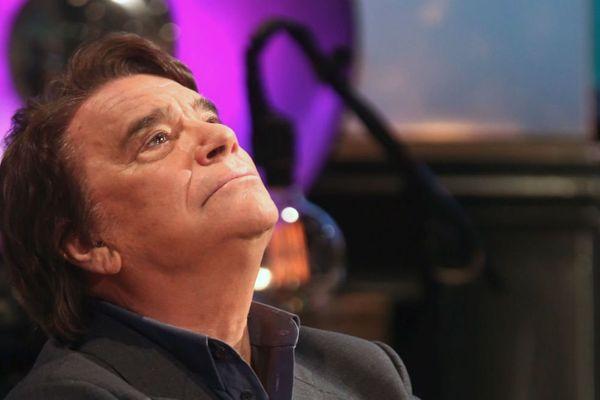"""Bernard Tapie en mai 2017, sur le plateau de l'émission """"Les Grandes Questions"""" sur France 5."""