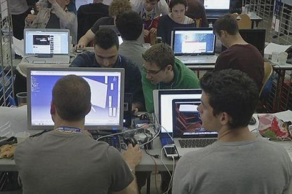 Les étudiants ingénieurs de l'UTBM (Université Technologique de Belfort-Montbéliard) pendant les 24 heures de l'innovatioon