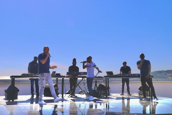 Du son sur les toits, c'est une nouvelle collection, laissant carte blanche à un artiste, et ça commence à Marseille avec IAM ici sur le toit de la cité radieuse.