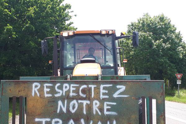 Les agriculteurs protestent contre l'agribashing en bloquant différents sites autoroutiers avec leurs tracteurs.