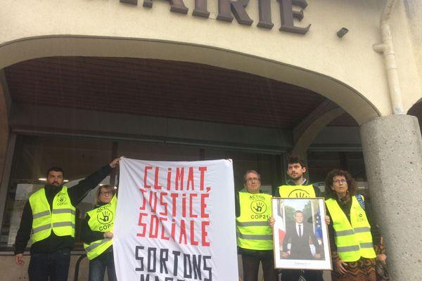 """Des militants climat d'""""Action Non Violente-COP 21"""", ont dérobé le portrait du président Emmanuel Macron, à la mairie de Poisat près de Grenoble, mercredi 3 avril 2019."""