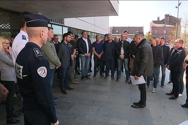 Minute de silence devant l'Hôtel de Police de Lille en hommage aux 28 policiers qui se sont suicidés depuis le début de l'année.