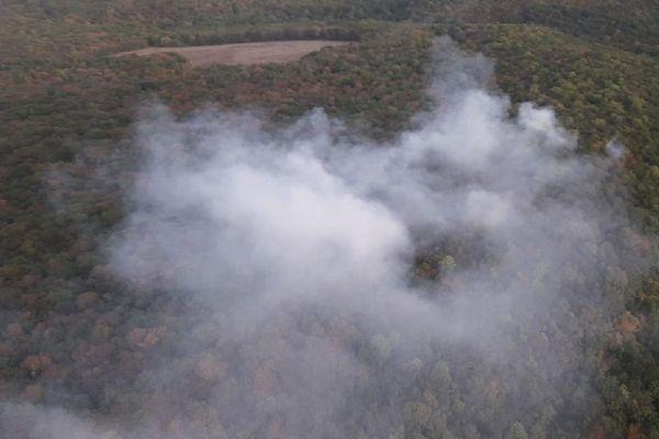 L'important incendie, qui s'est déclaré samedi 21 septembre, a ravagé 3 à 4 hectares de sous-bois et de végétation