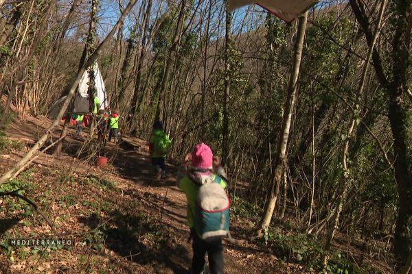 Les enfants en route pour leur salle de classe de plusieurs hectares