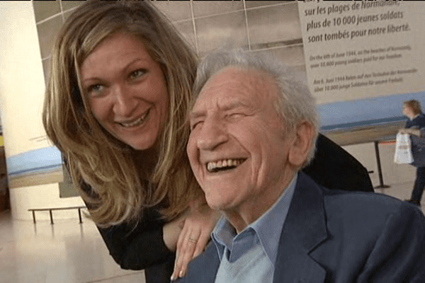 Bernard Dargols, vétéran français et sa petite fille au Mémorial de Caen lundi 5 mai