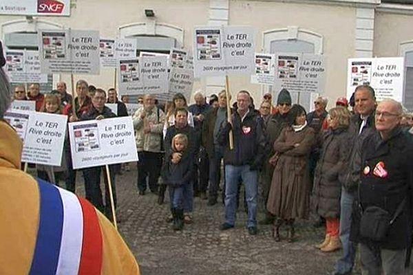Pont-Saint-Esprit (Gard) - manifestation pour une ligne TER Nîmes-Valence - 17 novembre 2013.