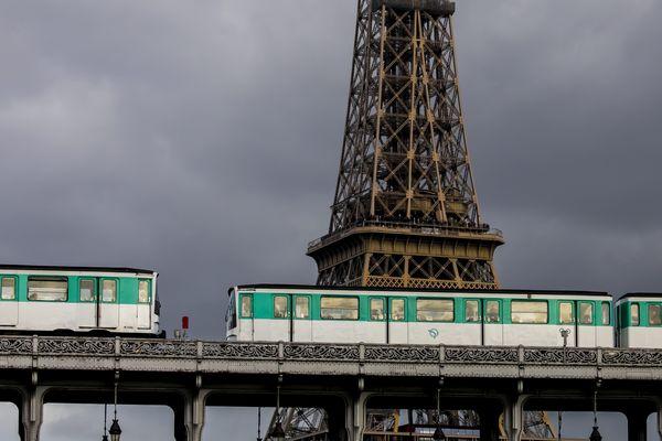 La circulation des trains est interrompue sur la ligne 6 du 1er juillet au 1er septembre entre Montparnasse et Trocadéro, et du 15 au 18 août de Trocadéro à Charles de Gaulle-Etoile.