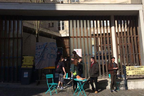 Les étudiants bloquant l'entrée de l'UFR de sciences-humaines de Poitiers.