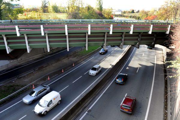 Le corps d'un homme poignardé a été découvert vert minuit, au bord de la rocade sud de Toulouse, en contrebas du pont-canal du midi (illustration).