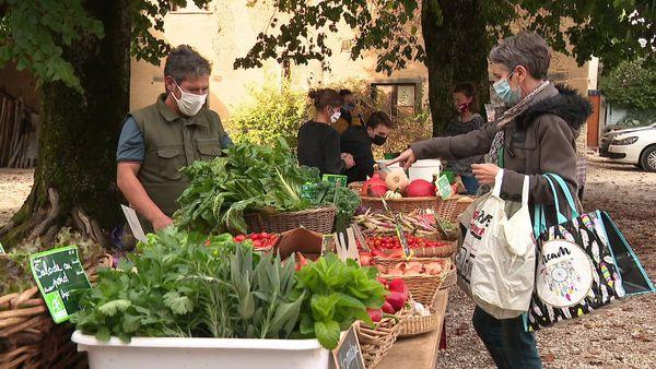 Le petit marché de l'Osier se tient tous les mardi, avec l'aide bénévole d'habitants. Pendant le confinement il a même reçu une dérogation exceptionnelle pour se maintenir