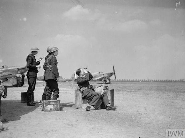 Le personnel de l'escadron 85 de la RAF scrutant le ciel à Lille-Seclin vers le 10-12 mai 1940.