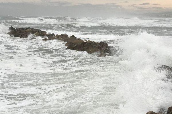 A Palavas, les vagues sont impressionnantes ce 11 décembre 2017