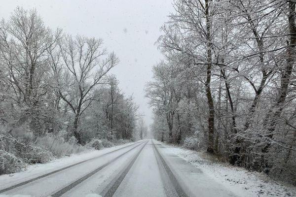 Une route enneigée à proximité de Fessenheim.