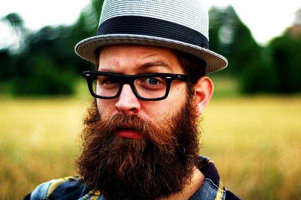 Hipster prototypique, barbe de 3 mois soigneusement négligée, chapeau vintage, chemise écossaise, les Wayfarer ne sont pas obligatoire !