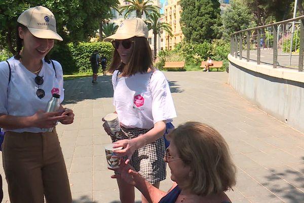 C'est une des nouveautés de ce plan : une brigade canicule pour proposer de l'eau aux Niçois et touristes dans les rues et parcs.