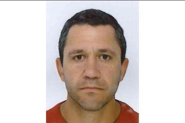 La gendarmerie de Maine-et-Loire est à la recherche de William Penninck, âgé de 39 ans, chauffeur routier, disparu dans des circonstances inquiétantes, le 22 juillet 2015 à 8 heures 30, depuis l'aire de repos de Bauné en bordure de l'autoroute A11, dans le sens Paris-Angers.