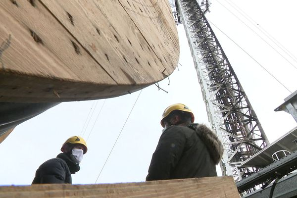 Six jours après l'incendie criminel du pylône des Cars, les travaux se poursuivent.