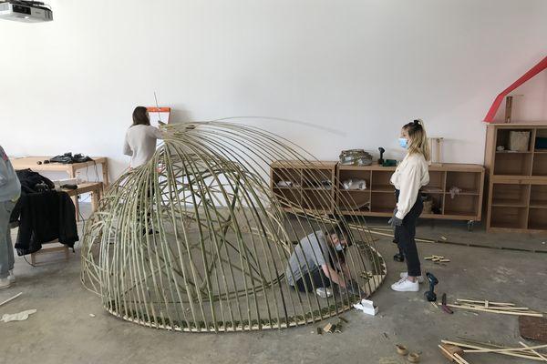 Lisa et Madeleine, étudiantes en deuxième année à l'ENSAD, option design, ont travaillé sur un abri anti-vent.