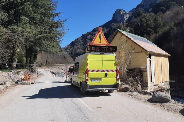 La route est bloquée sur la départementale jusqu'à nouvel ordre.