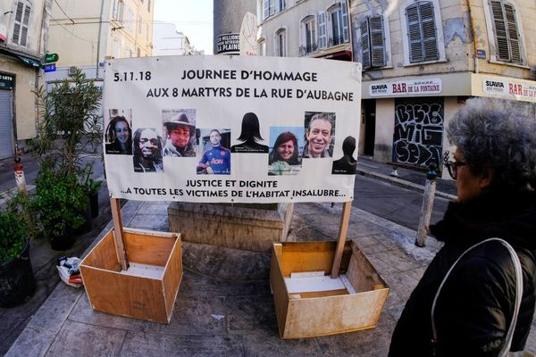 Archives - Une pancarte rend hommage aux huit victimes de la rue d'Aubagne à Marseille.