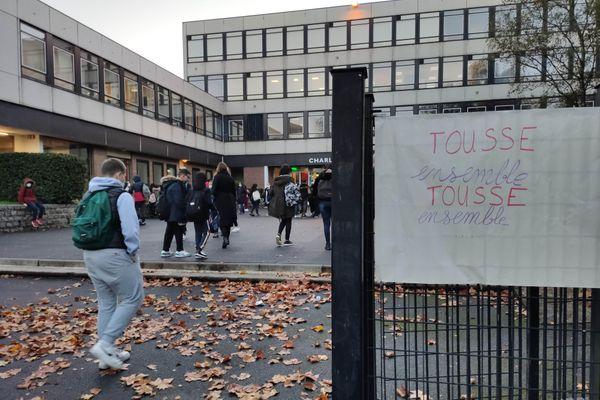 70% des enseignants du lycée Baudelaire de Roubaix sont en grève pour dénoncer le protocole sanitaire renforcé impossible à appliquer dans leur établissement.