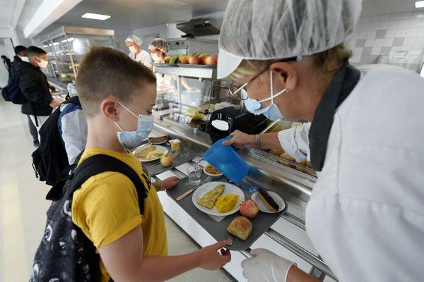 Les menus servis dans les restaurants scolaires doivent répondre à de nombreuses règles nutritionnelles.