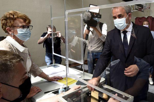 Xavier Bertrand, candidat à sa succession à la tête de la région Hauts-de-France, vote à Saint-Quentin dans l'Aisne