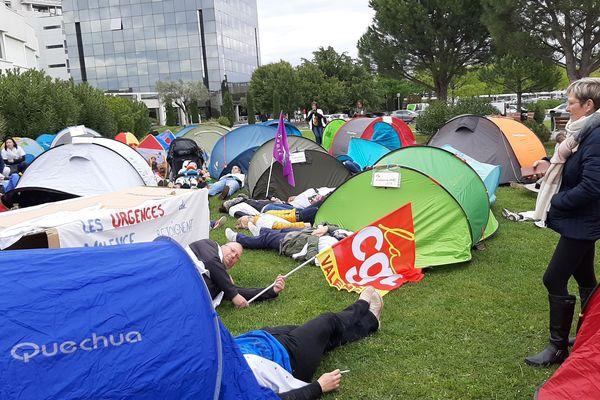 Le 9 Mai 2019 30 tentes ont symboliquement été installées par les syndicats et membres du personnel pour symboliser 30 lits manquants