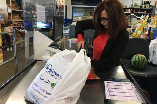 Pour Fatima Abouzeir, co-responsable du magasin, comparé à hier ou encore à la semaine dernière, c'est très calme à la caisse du magasin.