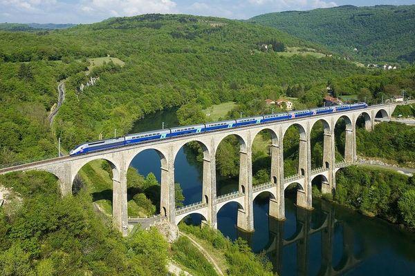Un TGV Duplex sur le viaduc de Cize-Bolozon ligne du Haut-Bugey (Ain)